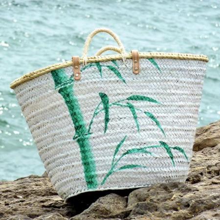 Capazos y camisetas pintados a mano para lucir a la orilla del mar