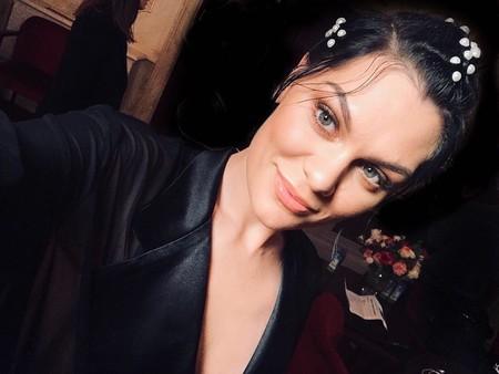 La tendencia de las perlas se traslada a la melena. Jessie J lo peta con su último peinado