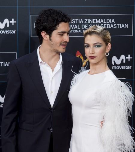 Demasiadas plumas deslucen el look de Úrsula Corberó en el Festival de cine de Donosti