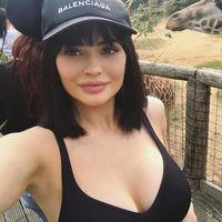 Al zoo se va en sujetador y gorra (Balenciaga). Por Kylie Jenner