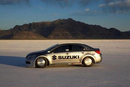 Un Suzuki Kizashi vuela en Bonneville a 327 kilómetros por hora