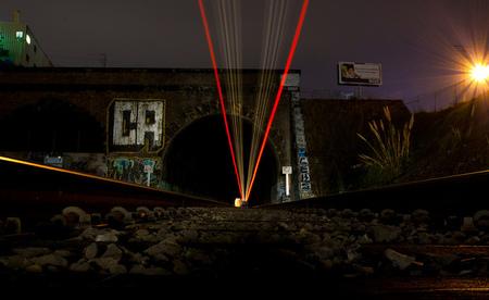 El paso fugaz de los trenes en la oscura noche