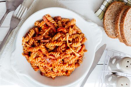 Pasta con tocino en salsa de jitomate. Receta fácil para disfrutar