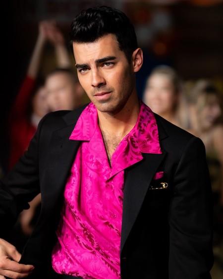 A falta de discos de platino, Joe Jonas lo incorpora en su nuevo cambio de look