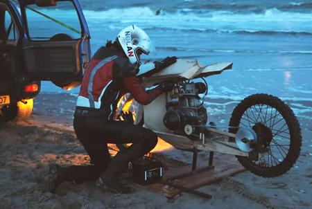 Fabricada en madera y alimentada con algas, así es la moto más sostenible de la historia