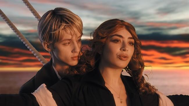 Troye Sivan se convierte en los íconos de los noventa en un nuevo video junto a Charli XCX