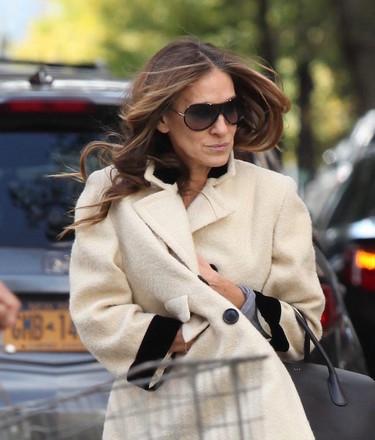 Sarah Jessica Parker le coge prestados los zapatos a sus hijas para dar un paseo por Nueva York