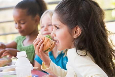 Una niña de dos años es expulsada tres días de la escuela infantil por introducir un sandwich en clase
