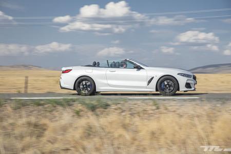 BMW M850i Cabrio en marcha lateral