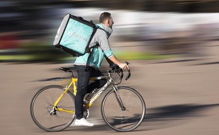 Empieza el juicio de los 'riders' contra Deliveroo: el caso que puede cambiar las reglas del juego de las apps de reparto