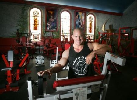 Un gimnasio en una iglesia