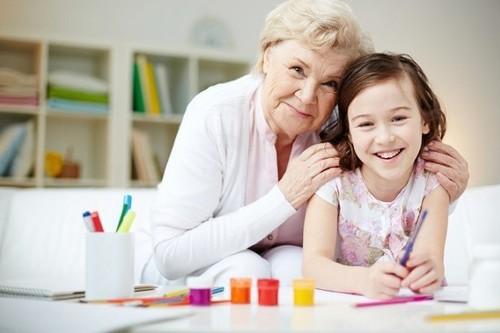 Por qué es bueno para todos que los niños pasen días de vacaciones con los abuelos