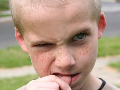 Cuatro importantes consecuencias de que los niños se muerdan las uñas