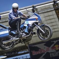 Foto 8 de 10 de la galería red-bull-x-fighters-de-roma-la-previa-con-una-moto-guzzi-de-la-policia-italiana en Motorpasion Moto
