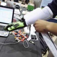 Tocando objetos virtuales gracias a los guantes hápticos Hands Omni