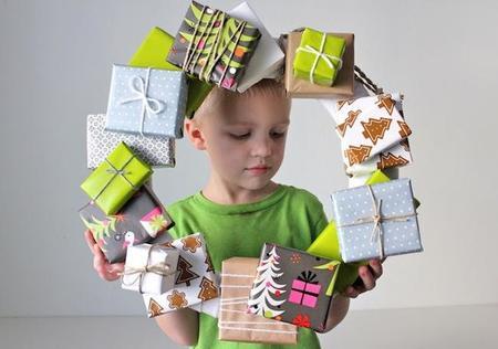 Cómo hacer una corona de Navidad con regalos