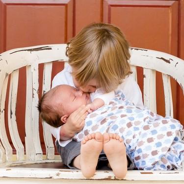 Cómo tratar los celos entre hermanos desde una crianza positiva, una experta nos da las claves
