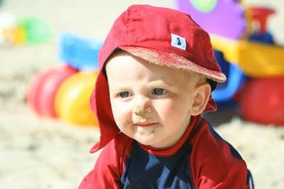 Cómo aplicar la crema solar al bebé