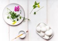 Hazlo tú mismo: decora los huevos de Pascua con hojas y flores naturales
