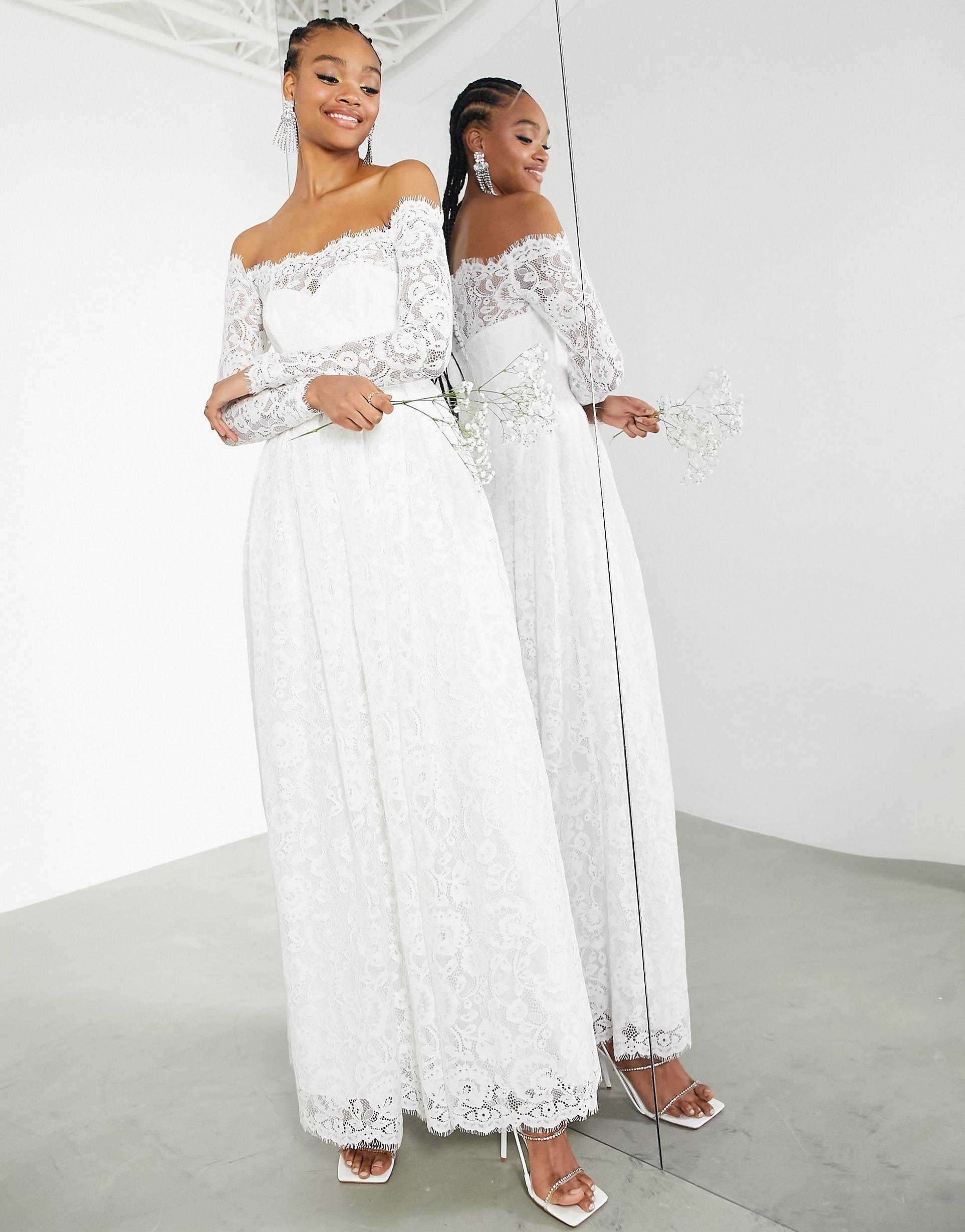 Vestido de boda de manga larga con escote bardot.