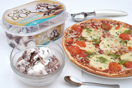 Cenas de verano. Pizza y helado stracciatella