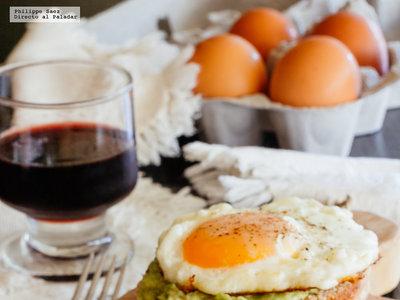 Muffin inglés con huevo y aguacate. Receta de desayuno fácil
