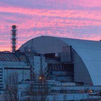 El vídeo que muestra la impresionante instalación del enorme sarcófago de Chernóbil