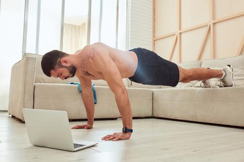Un entrenamiento completo de calistenia que puedes hacer en tu salón