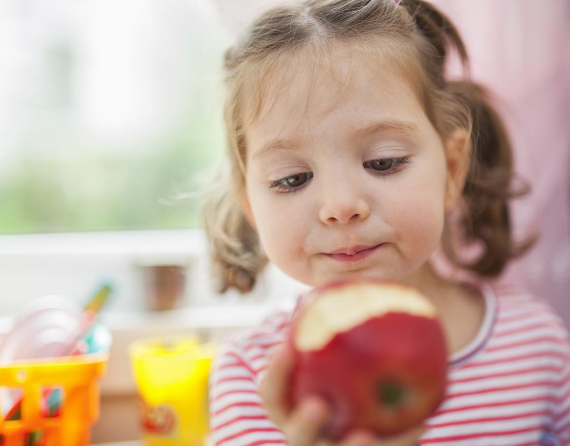 como se le da la manzana a un bebe