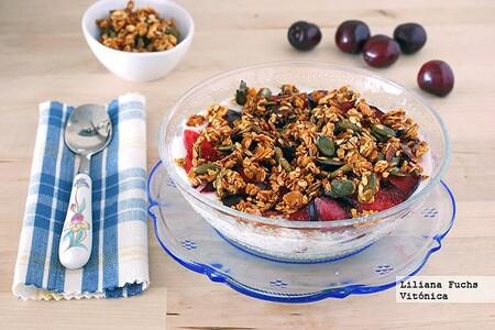 Yogur con granola crujiente y fruta fresca. Receta saludable