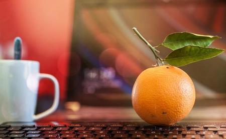 Naranja delante del portátil