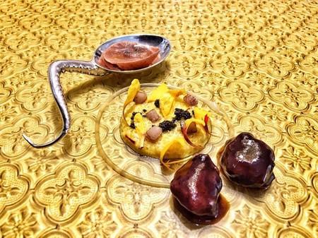 Quinotto Milanesa De Chiles Y Galanga Con Carrileras De Cordero Lechal En Su Jugo Y Ravioli Liquido Tandoori