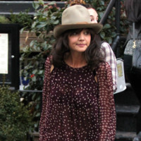 Katie Holmes quiere ser Pharrell Williams y le roba el sombrero
