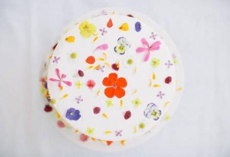 Cinco hermosas maneras de decorar con flores tus platos