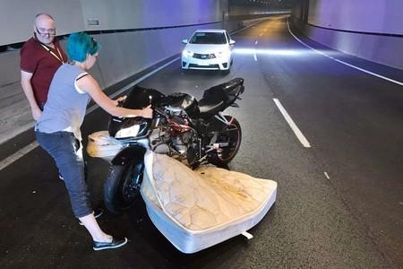 Este vídeo te enseña por qué nunca puedes bajar la guardia en moto; hasta un colchón puede atacarte