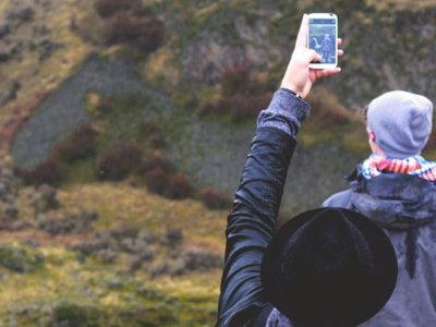 Agua, arena y descuidos: relájate y protege tu smartphone durante estas vacaciones
