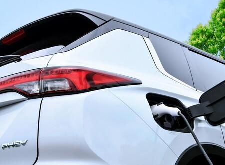 Confirmado: habrá un nuevo Mitsubishi Outlander PHEV, y estas son las primeras imágenes del futuro SUV híbrido enchufable