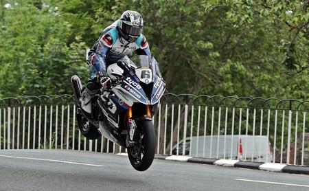 Michael Dunlop gana en Superbike para dedicarle su 16ª victoria en el IOMTT al fallecido Dan Kneen