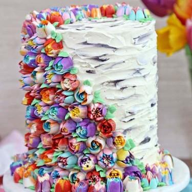 Comida de EsCultura: Coloridas flores de primavera decorando un pastel