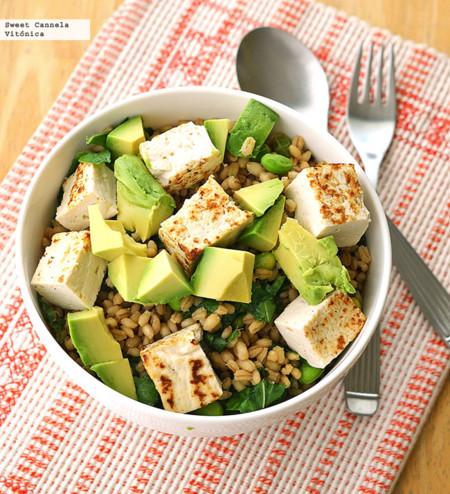 Tazón de cebada con tofu, arúgula y edamame. Receta saludable