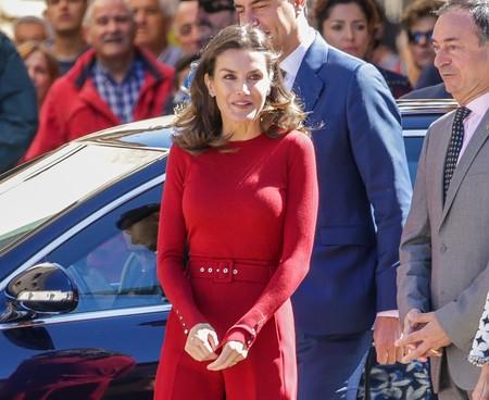 Cuando Doña Letizia se viste de rojo pasión, triunfa y este total look nos ha conquistado