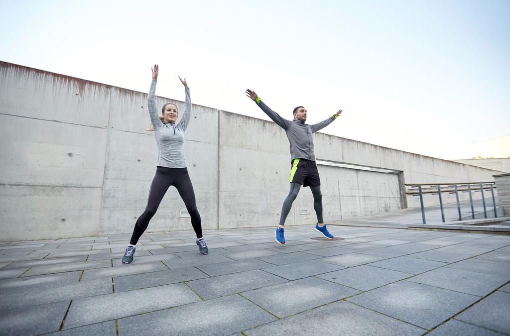 39 variaciones de jumping jacks para quemar calorías entrenando en casa