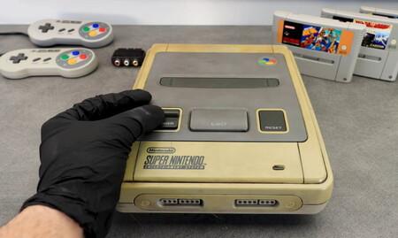 Desata tu atracción por el ASMR con esta limpieza exhaustiva de una Super Nintendo que ha sufrido el terrible paso del tiempo