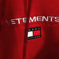 Dos grandes de la moda se unen en colaboración: ¡larga vida al matrimonio Tommy-Vetements!