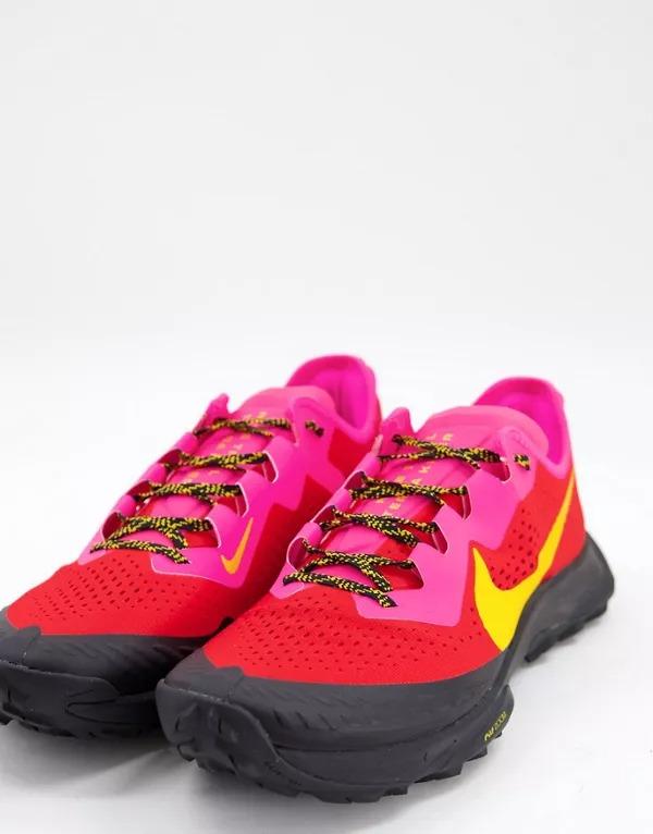 Zapatillas de deporte rosas y amarillas Terra Kiger 7 Trail de Nike Running