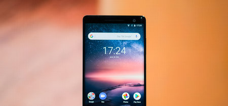 """Nokia 8 Sirocco, toma de contacto: un Android One que vuela bajo una pantalla curva que en vez de """"y yo más"""" es """"y yo menos"""""""