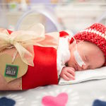 Preciosas fotos de bebés prematuros disfrazados de regalos de Navidad