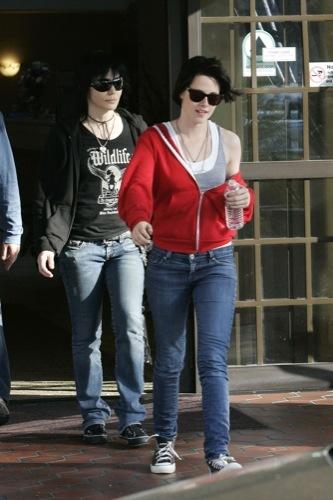 Kristen Stewart, el estilo de una vampiresa de Crepúsculo: ¿estilo de calle o sobre la alfombra roja?, recogido