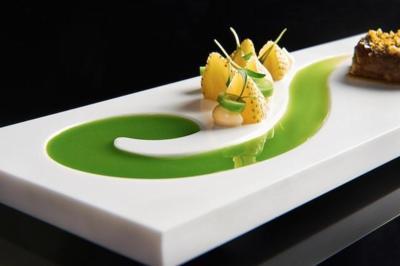 Los platos lucen más espectaculares con una vajilla de diseño como esta