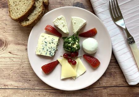 Los nueve mejores quesos para maridar con fresas más allá del postre (y cinco recetas para disfrutarlas)